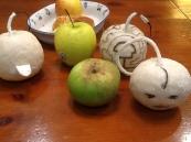 entre manzanas, una asada